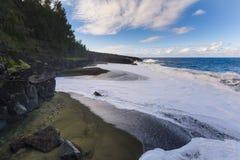 Wilder Strand mit vulkanischen Felsen bei Reunion Island lizenzfreie stockfotografie