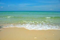 Wilder Strand-Sand Coral Sea Waves Tropical Landscape lizenzfreie stockbilder