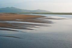 Wilder Strand Sandys gegen den Hintergrund der Hügel Lizenzfreie Stockfotos