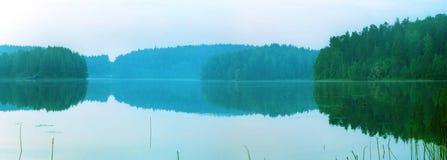Wilder Waldsee morgens Lizenzfreies Stockfoto