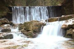 Wilder Wasserfall in den polnischen Bergen Fluss mit Kaskaden Lizenzfreies Stockfoto