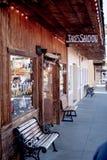 Wilder Westsaal Jakes im historischen Dorf der einzigen Kiefer - EINZIGE KIEFER CA, USA - 29. M?RZ 2019 lizenzfreies stockfoto