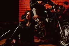 wilder wolny kobiety i mężczyzny rowerzysta jest dziki i bezpłatny na motocyklu Dziki I Bezpłatny pojęcie rowerzysta pary uczucie zdjęcia royalty free