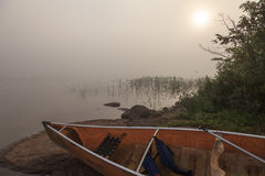 Wilderness湖在一个有雾的夏天早晨 库存照片