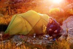 Wildernisontdekkingsreiziger het kamperen Stock Afbeeldingen