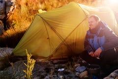 Wildernisontdekkingsreiziger het kamperen Stock Afbeelding