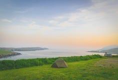 Wildes Caming durch die Küste lizenzfreie stockbilder