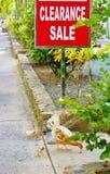 Wildes Huhn mit Küken unter Räumungsverkaufzeichen Stockfoto