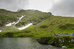 Wildes Kampieren am alpinen See während der Sommersaison stockbild