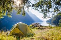 Wildes Kampieren durch einen See in Norwegen lizenzfreie stockfotografie