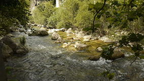 Wildes Wasser bei Cote d'Azur, Süd-Frankreich stock video