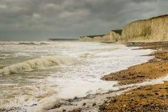 Wildes Wetter an Birling Gap, Sussex, als Sturm Desmond verprügelt Meereswellen Stockbilder