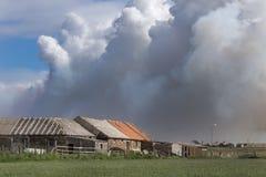 Wildfire bedreigt landbouwbedrijf dichtbij John O Gruttendorp, Schotland Royalty-vrije Stock Fotografie