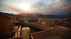 Wildfire dichtbij huizen Stock Afbeelding