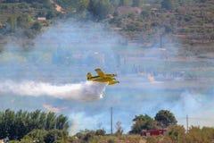 Wildfire die het Massieve Gele Water van Vliegtuigversies branden stock foto's