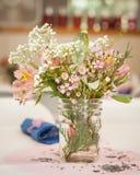 Wildflowers в опарнике каменщика Стоковая Фотография RF
