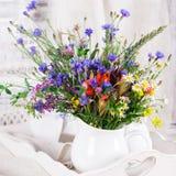 Wildflowers in bottiglie Immagine Stock