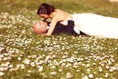 Wildflowers con la novia y el novio como siluetas Foto de archivo