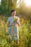Wildflowers della tenuta della giovane donna di Beuatiful Immagini Stock
