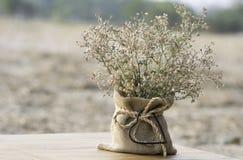 Wildflowers in einem Vasensackleinen- und -metallherzen formen auf blurr Lizenzfreie Stockfotos