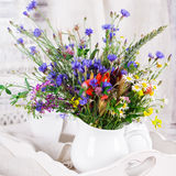 Wildflowers en botellas imagen de archivo