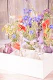 Wildflowers en botellas fotografía de archivo
