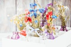 Wildflowers en botellas fotos de archivo