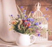 Wildflowers en jarro imagenes de archivo