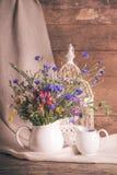 Wildflowers en jarro foto de archivo libre de regalías