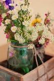 Wildflowers en tarro de albañil imagen de archivo libre de regalías