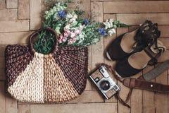 Wildflowers hermosos en bolso y cámara y inconformista de mimbre de la película Foto de archivo libre de regalías