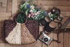 Wildflowers hermosos en bolso y cámara y inconformista de mimbre de la película Fotografía de archivo libre de regalías