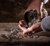 Wildflowers luminosi in vaso ed in vecchie monete Fotografia Stock Libera da Diritti