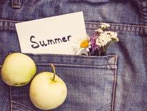 Wildflowers, nota della carta con la parola ESTATE fotografia stock