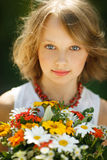 Девушка с пуком wildflowers outdoors Стоковые Фотографии RF