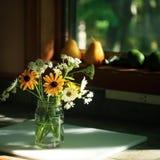 Wildflowers und Frucht stockfoto