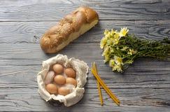 Wildflowers, wielkanoc tort, kościelne świeczki i jajka w koszu, obrazy stock