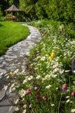 Wildflowertuin en weg aan gazebo stock afbeeldingen