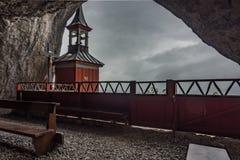 Wildkirchli, igreja situada nas montanhas, Appenzell, Suíça fotografia de stock