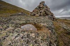 wildlife Ιερή θέση των πετρών που συσσωρεύονται σε μια πυραμίδα και τα νομίσματα στοκ φωτογραφία