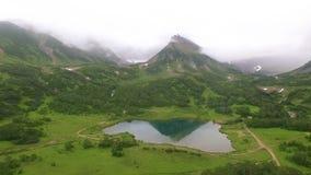 wildlife Bezinning van bergen in het meer spiegel stock videobeelden