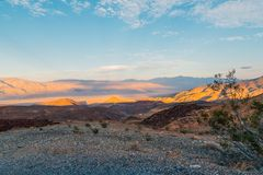 Wildness de Death Valley avec des panneaux d'avertissement de dunes de sable photographie stock libre de droits