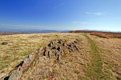 Wildnis-Spur auf einem kahlen Berg Stockfoto