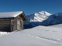 Сарай и Wildstrubel в зиме Стоковая Фотография RF