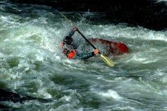 Wildwasser, das in den Potomac-Stromschnellen bei Great Falls, Maryland Kayak fährt Stockfoto