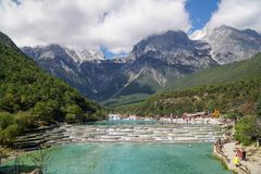Wildwasser-Fluss und Jade Dragon Snow Mountain China stockfotos