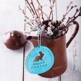 Wilg, houten konijn, in een uitstekende vaas Stock Foto