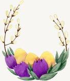 Wilgentakken met gele eieren en violette bloemen Stock Afbeeldingen