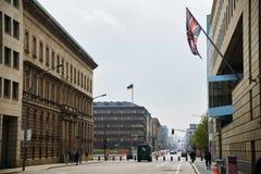 Wilhelmstrasse με τη σημαία στο βρετανικό τοίχο πρεσβειών στο Βερολίνο Στοκ εικόνα με δικαίωμα ελεύθερης χρήσης