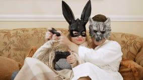 Wilk i królik bawić się w grą na konsoli z joystickami zdjęcie wideo